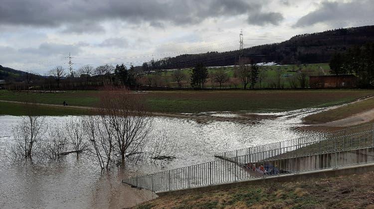 Das Hochwasserrückhaltebecken zwischen Möhlin und Zeiningen war am Donnerstag etwa zu einem Viertel gefüllt. (zVg)