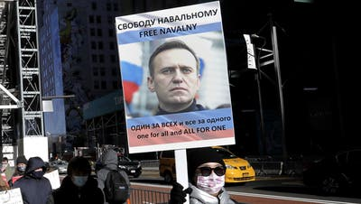 Mit Nawalny-Plakat zum Protest: Hunderttausende demonstrierten am vergangenen Samstag in Russland für die Freilassung des Oppositionellen. Am kommenden Sonntag soll es weiter gehen. (Peter Foley / EPA)