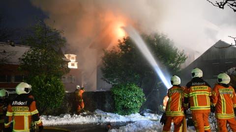 Die Feuerwehr Altdorf bei den Löscharbeiten. (Bild: Kantonspolizei Uri)