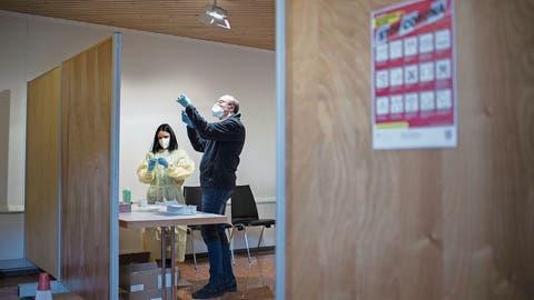 In einem regionalen Impf- und Testzentrum werden Impfdosen vorbereitet. (Bild: Gian Ehrenzeller/Keystone (Davos, 25. Januar 2021))