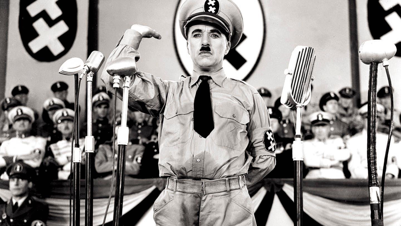 Die Uniform, die Charlie Chaplin im Film «Der grosse Diktator» trug, lagerte über Jahrzehnte in einer Kartonschachtel im Sulzer-Hochhaus in Winterthur. (Keystone)