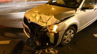 Kollision zwischen zwei Autosam Sprengiplatz führt zu hohem Sachschaden