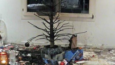 Da war Weihnachten definitiv vorbei: Der in Flammen aufgegangene Christbaum in einem Wohnzimmer in Altendorf. (Bild: Kantonspolizei Schwyz)