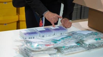 Die ersten Dosen desCorona-Impfstoffs, die ins Impfzentrum in der Messehalle Luzern geliefert wurden. Noch gibt es davon zu wenig. (Bild: Dominik Wunderli (Luzern, 23. Dezember 2020))