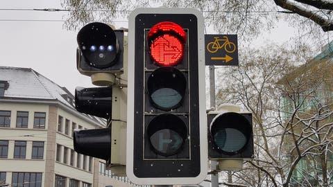 Ein kleines Zusatzschild: So wie bei dieser Ampel in Zürich-Selnau sieht die neue Signalisation für Radfahrer aus. Hier dürfen sie jetzt auch bei Rot rechts abbiegen. (Bild: Andreas Faessler (6. Januar 2021))