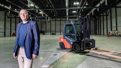 Markus Lauber, Vorsitzender der Geschäftsleitung der Messe Luzern AG, in der leeren Messehalle. (Boris Bürgisser (Luzern,24. Juni 2020))