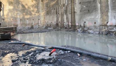 Aus einer undichten provisorischen Kanalisationsleitung gelangte Fäkalwasser in das Oberflächenwasser einer Baustelle in Kastanienbaum. (Bild: PD/Luzerner Polizei, (8. August 2020))