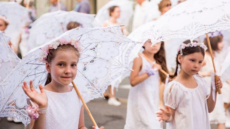 Schulkinder ziehen in hübschen Kleidern durch die St.Galler Altstadt. (Bild: Mareycke Frehner (St.Gallen, 20. Juni 2018))