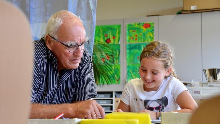 Ruedi Bürki war vor der Pension selbst Lehrer – im Rahmen des Projekts «Senioren im Klassenzimmer» habe er viel besser Zeit für die einzelnen Kinder. (Christina Varveris)