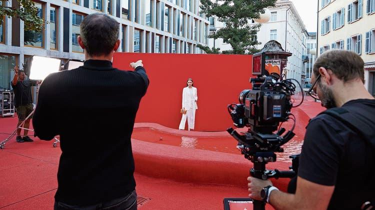 Einmal mehr wird, pandemiebedingt,St.Gallen statt Paris zur Kulisse für eine Akris-Kollektion. Diesmal wurde auf dem Roten Platz gefilmt. (Bild: PD)