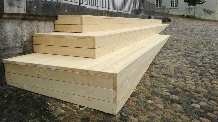 Die definitive Sitztreppe soll dann leicht verkürzt werden, damit sie auf dem helleren Bodenabschnitt endet. (Claudia Meier)