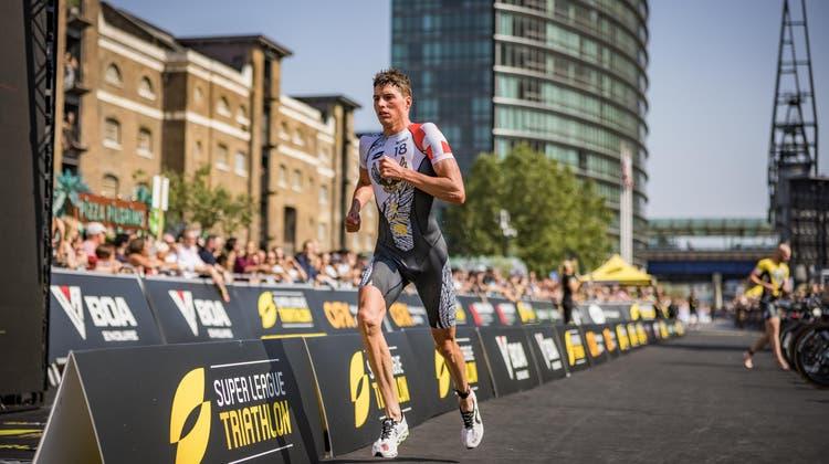 Max Studer auf der Laufstrecke der «Super League Triathlon» in London. (Super League Triathlon | superleaguetriathlon.com)