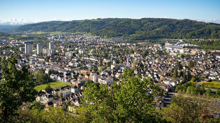 Blick von der Lägern auf das stark verschuldete Wettingen, hinten Neuenhof und der Hügelzug Rüsler. (14. Mai 2021.) (Alex Spichale)