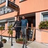 Romina und Ernst Forrervor ihrer neuen Wirkungsstätte. (Bild: Karin Erni)