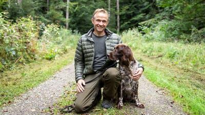 Treuer Begleiter: Mit Hund Hilkosucht Jagdaufseher Simon Stutz nach verletzten Wildtieren. (Valentin Hehli)