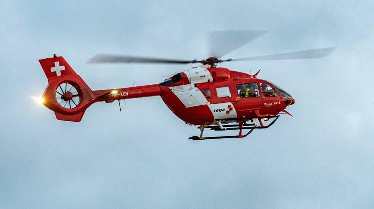 Die im Auto eingeklemmte 40-jährige Frau musste mit der Rega ins Spital geflogen werden. (Bild: Reto Martin)