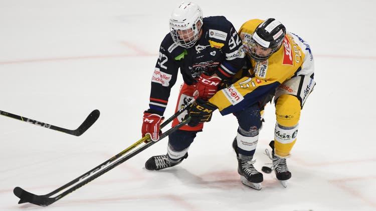 Stock an Stock, Puck an den Füssen: Herisaus Timo Koller (links) kämpft gegen Rheintals Pascal Obrist. (Bild: PF)