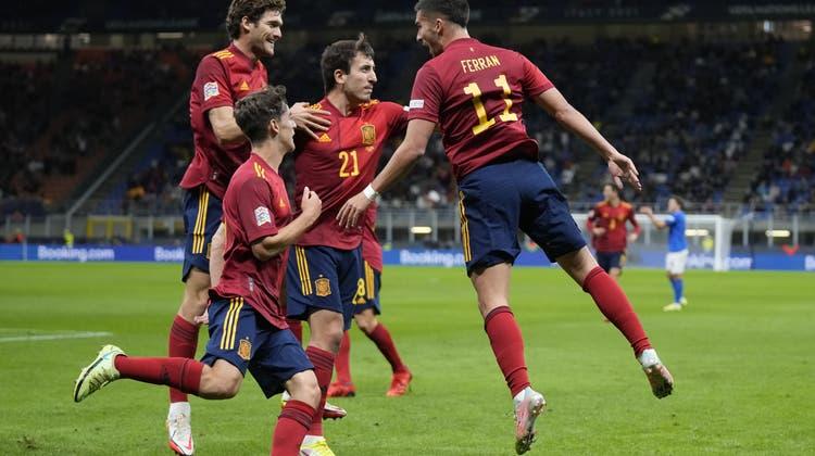Ferran Torres (rechts) feiert sein Tor im Halbfinal gegen Italien. (AP-Foto)