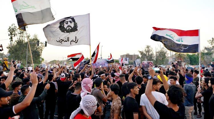 Proteste in der Stadt Najaf: Vor allem junge Iraker fühlen sich von den Politikern ihres Landes im Stich gelassen. (AP)