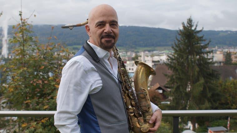 Wohnt hoch über dem Limmattal: der Geroldswiler Bluesmusiker Ralph Zöbeli. (Ruedi Burkart)
