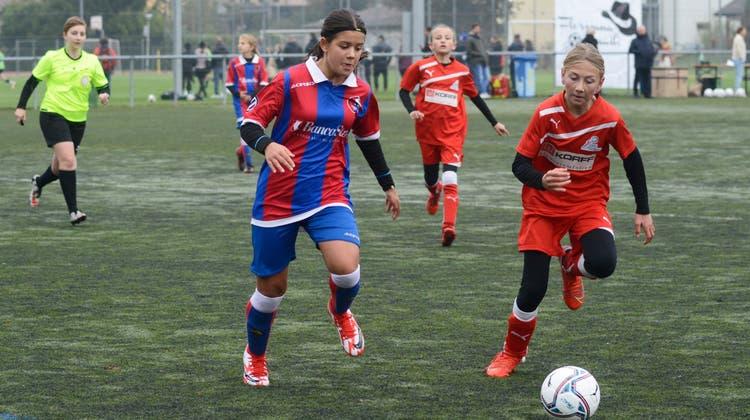 Aus dem Tessin ist Marta Simaz(links)mit ihrer Mannschaft angereist, um gegen die Solothurner am Weltmädchenfussballtag zu spielen. Rechts Sophie Siegenthaler aus Niederbipp. (Hansjörg Sahli)