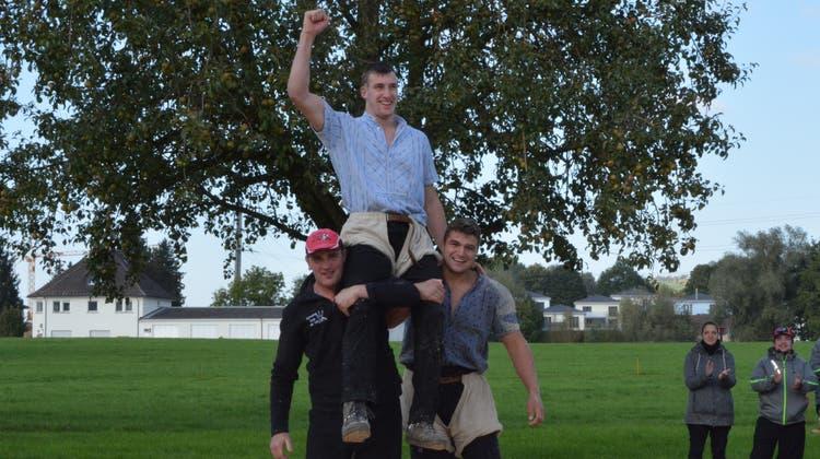 Auf den Schultern von Martin Egli, links, und Marcel Räbsamengeniesst Damian Ott den Sieg beim Wiler Clubschwingen. (Bild: Beat Lanzendorfer)