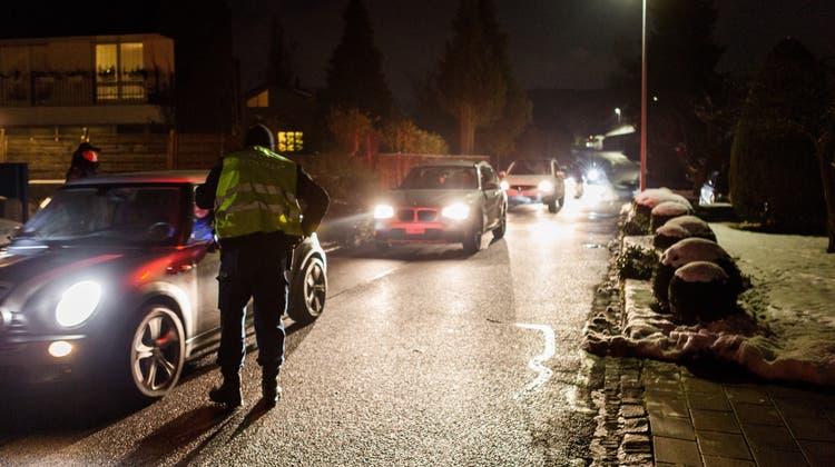 Ein 21-jähriger Aargauer gab sich als Kantonspolizist aus und winkte zwei Lenker an den Strassenrand, um ihre Ausweise zu kontrollieren. (Symbolbild: Sandra Ardizzone)