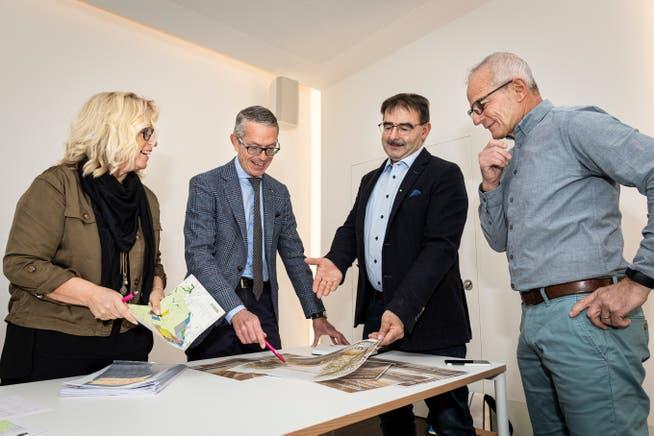 Schulpräsidentin Cornelia Letti, Gemeindepräsident Michael Aebisegger, Vize-Gemeindepräsident Andreas Popp sowie Vereinsvertreter Toni Langone.