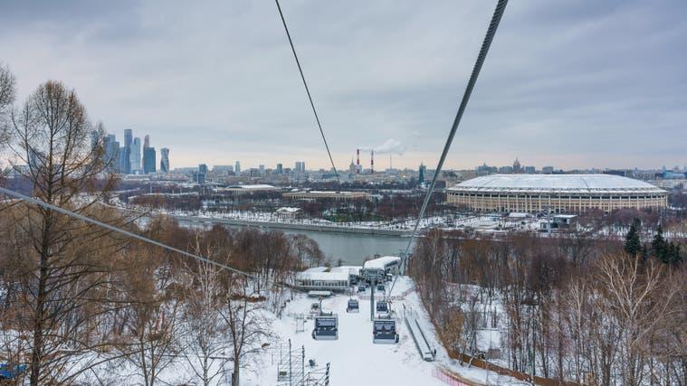 Die Bartholet-Gondelbahn auf den Moskauer Sperlingsbergen. Rechts im Bild das Luschniki-Stadion, wo die Talstation steht. (Bild: A. Savin/Wikimedia Commons (Moskau, 20. Januar 2019))