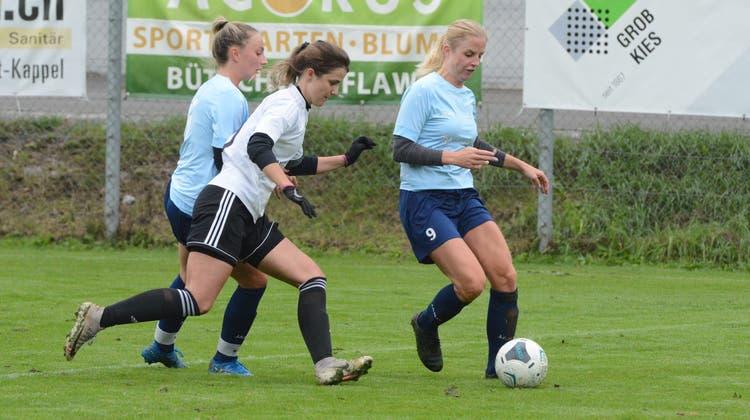 Durch einen fulminanten Schuss hat Flavia Cemin (rechts) das 1:1 für die Ebnater Frauen erzielt. Links Flavia Schaufelberger (Bild: Beat Lanzendorfer)