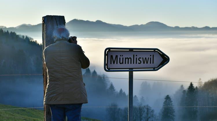 Während sich im T(h)al der Nebel nur langsam verzieht, grüsst auf der Breitehöchi, direkt an der Kantonsgrenze zu Baselland, bereits die Sonne. (Bruno Kissling)