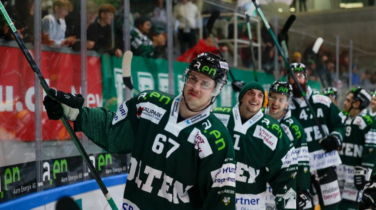 Ein gewohntes Bild: Jubelnde EHCO-Spieler lassen sich von den Zuschauern feiern. (Marc Schumacher / freshfocus)