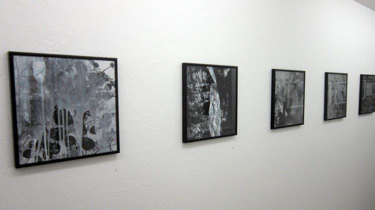 Blick in die derzeitige Ausstellung in der Galerie Löiegruebe: Es sind Werke des Künstlerduos Gen Atem und Miriam Bossard ausgestellt. (Eva Buhrfeind)