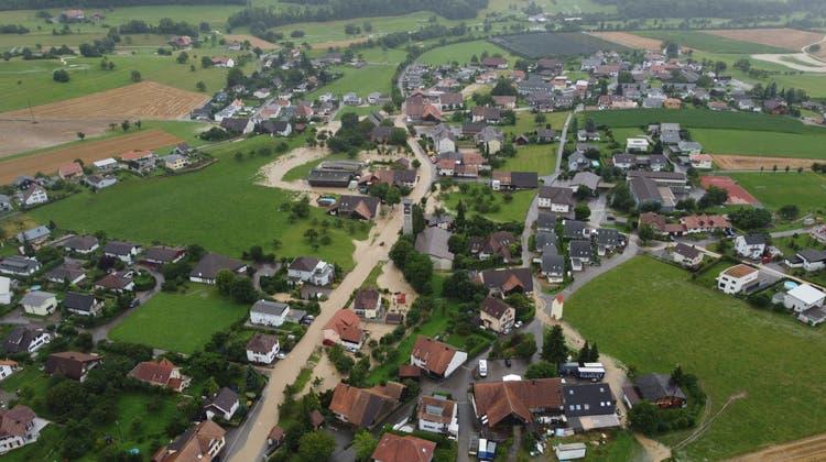Ein Dorfzentrum wird zum temporären Bachbett: Die Gemeinde war auf dermassen viel Wasser nicht vorbereitet. (zvg: Andreas Marti)