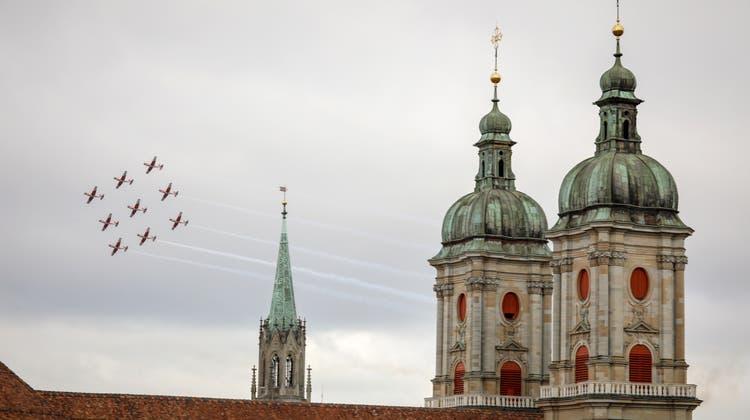 Die PC-7-Fliegerstaffel präsentierte anlässlich der Olma ihre Flugkünste über der Gallusstadt. (Bild:Sandro Büchler (St.Gallen,8. Oktober 2021))