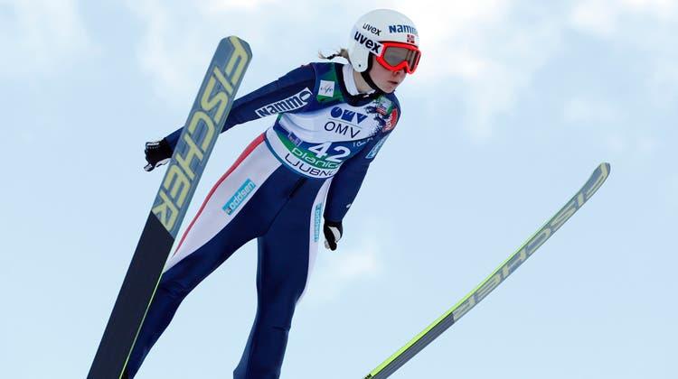 Maren Lundbybei einem Weltcup-Springen. (Darko Bandic / AP)
