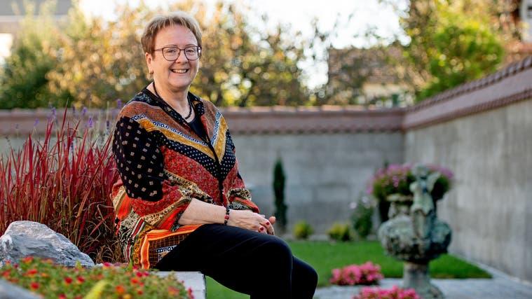 Ruth Zuber zu Hause in ihrem Garten in Gerlafingen. (Corinne Glanzmann)