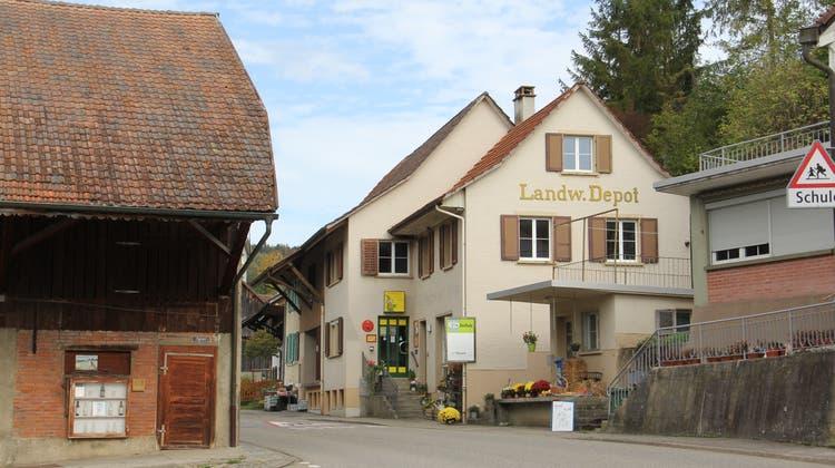 Der Dorfladen und das Dorfkafibefinden sich in Elfingen an der engsten Stelle der Hauptverkehrsachse. (Claudia Meier (13. Oktober 2019))