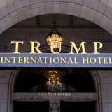 Der Eingang des Trump International Hotel in Washington. Der Luxus-Betrieb befindet sich in einem Gebäude, in dem einst die Hauptpost der Hauptstadt untergebracht war. (Mark Tenally / AP)