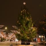 Wenn es nach den Organisatoren geht, soll ein grosser Weihnachtsbaum, wie auf diesem Bild aus der Stadt Olten, das Attisholzareal schmücken. (Bruno Kissling)