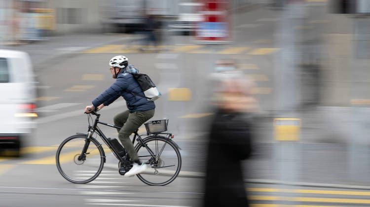 Sie sind schnell und immer häufiger auf Schweizer Strassen unterwegs: Der Boom der E-Bikes führt auch zu mehr Unfällen. (Bild: Gaëtan Bally/Keystone)