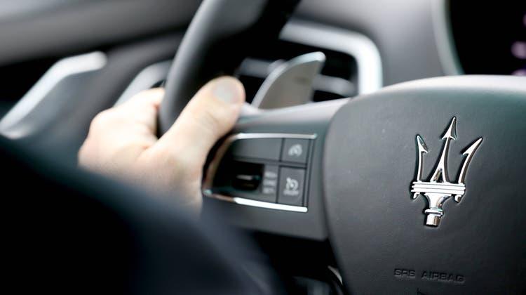 Ein 28-Jähriger fuhr mit einem Maserati in einer 50er-Zone 103 km/h – nun steht der Lenker vor Gericht. (Bild: Imago Stock&people)