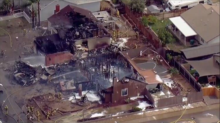 Mindestens zwei Tote: Kleinflugzeug stürzt auf Wohnhäuser in Kalifornien