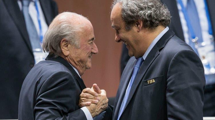 Michel Platini (l.) und Sepp Blatter im Mai 2015, als der Walliser erneut zum Fifa-Präsidenten gewählt wurde. (Patrick B. Kraemer / AP)