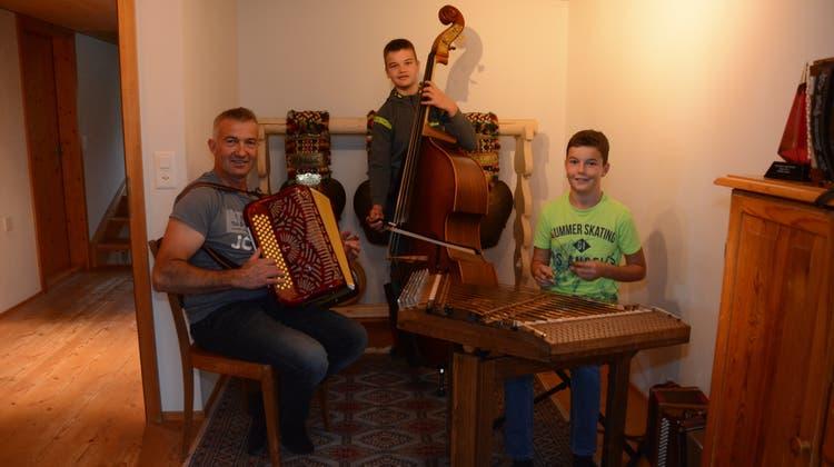 Werner Nef und seine Söhne Kilian und Nino beim Üben im Musikzimmer. (Bild: Karin Erni)