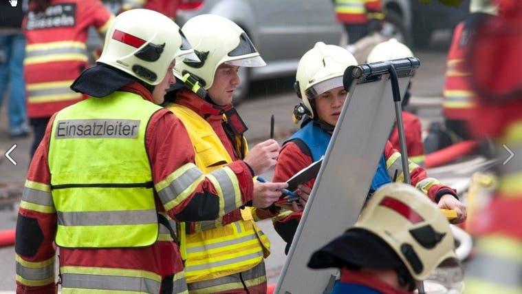 Die Feuerwehr Sisslerfeld – hier bei einer Übung 2016 – könnte bald für das ganze Sisslerfeld zuständig sein. (Zvg /Aargauer Zeitung)