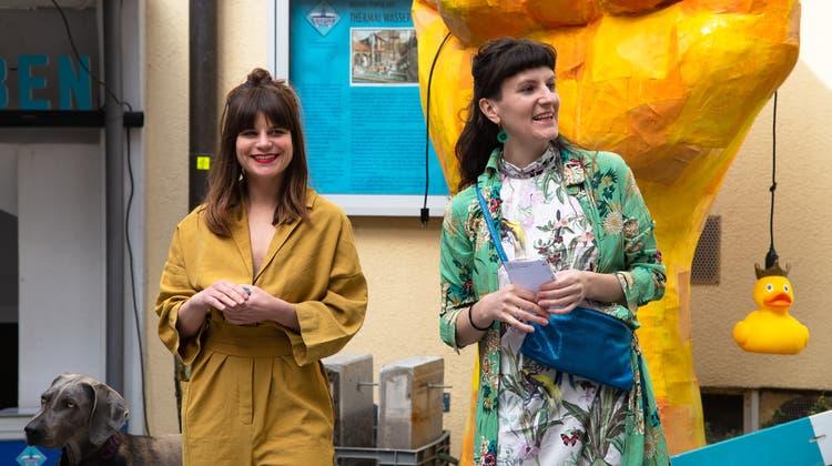 Die Ausstellungs-Kuratorinnen Manuela Luterbacher (l.) und Kathrin Doppler bei der Eröffnung des ersten Teils von«the touch of the things» (Lea Huser)