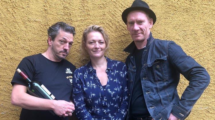 Die SchauspielerPatric Gehrig, Susanne Kunz und Jürg Plüss mit einer Flasche Wein. (Zvg)