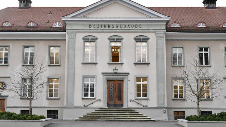 An der Haustür kam es zu einem Gerangel und Beschimpfungen - nun verantworteten sich die beiden vor dem Bezirksgericht Bülach. (Symbolbild) (Keystone)