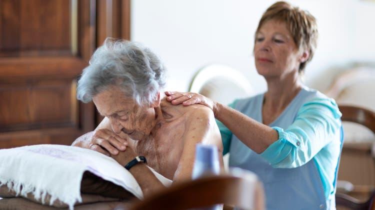 Zum Basismodul können auch weitere Dienstleistungen – etwa im Bereich der Pflege – hinzu gebucht werden. (Gaetan Bally / KEYSTONE)